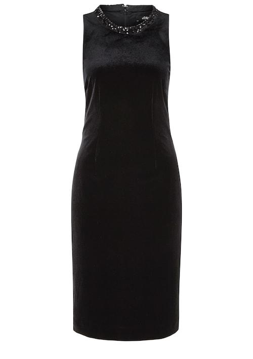 Ein Cocktailkleid aus edel schimmerndem Samt mit glamourösem Ausschnitt für Partys und festliche Anlässe.