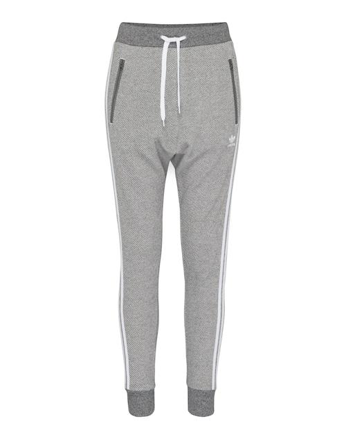 Hose aus reiner Baumwolle mit Gummibund und Tunnelzug von Adidas Originals. Der legere, sportliche Stil wird durch die Bundchen an den Beinabschlüssen und das Streifen-Design an den Seiten unterstützt.
