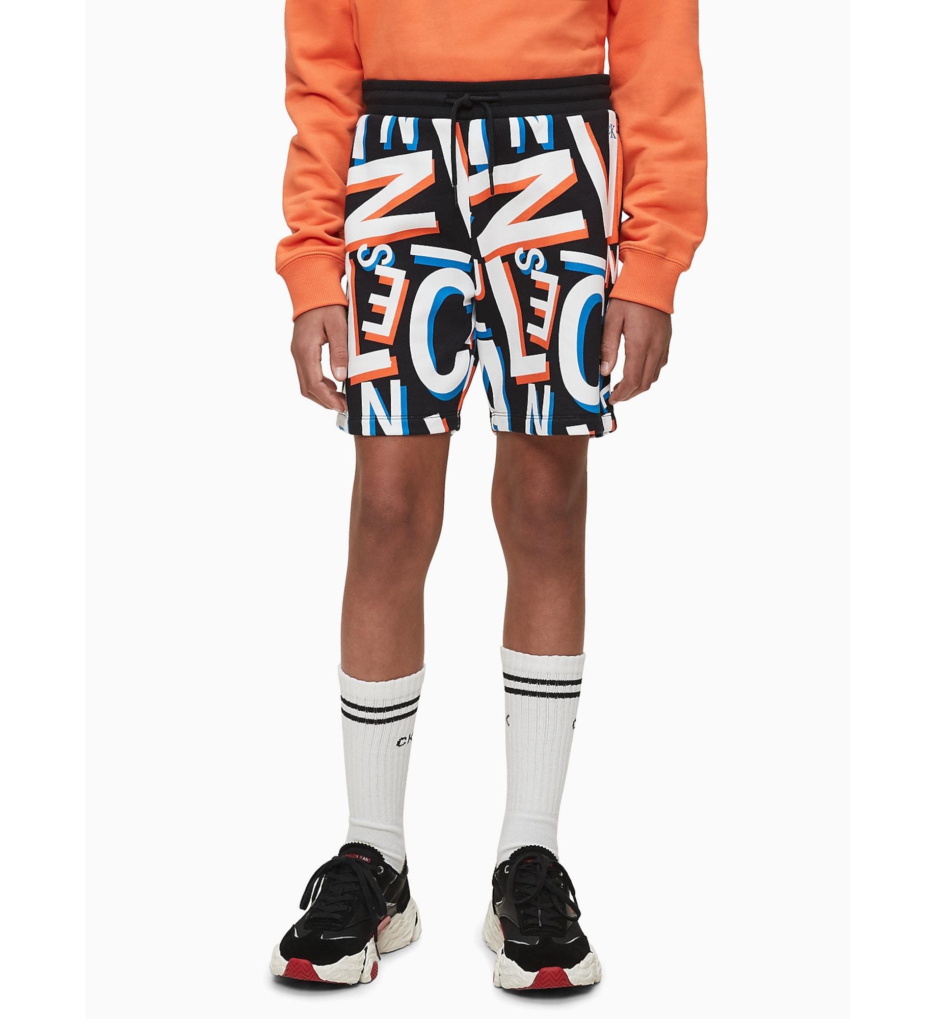 Calvin Klein Jeans Byxa 'LETTER AOP SWEATSHORT'  svart