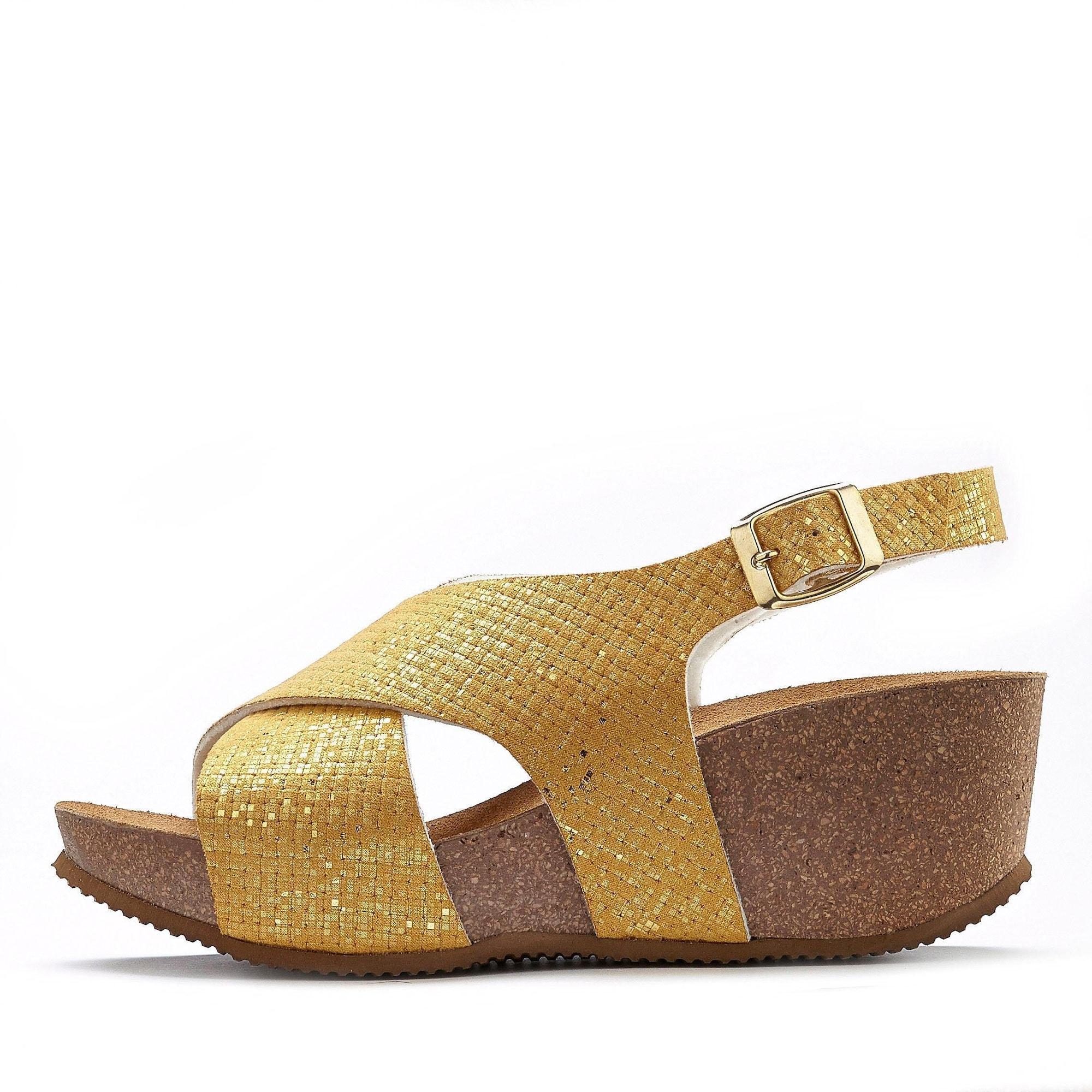 LASCANA Basutės su dirželiais aukso geltonumo spalva