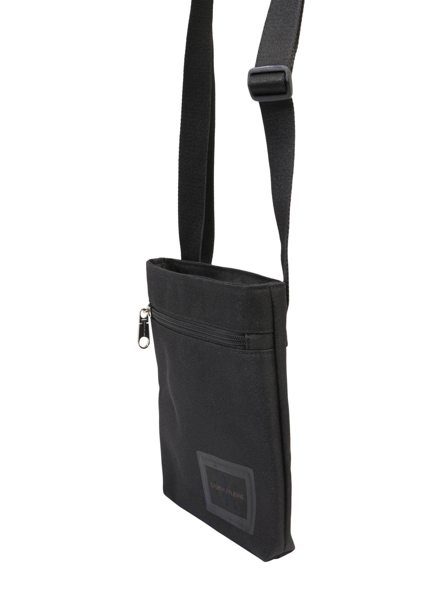Calvin Klein Jeans Rankinė su ilgu dirželiu 'ESSENTIALS MICROFLATPK' juoda
