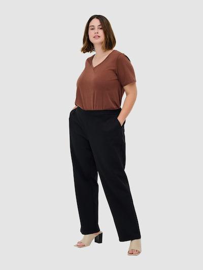 Hose von Zizzi.  Schöne einfarbige Hose aus schlichtem Design. Die Hose hat einen Gummibund an der Taille und einen Knopfverschluss. Sie hat Seitentaschen und etwas weite Beine. Die Passform ist locker, wodurch die Hose angenehm zu tragen ist.