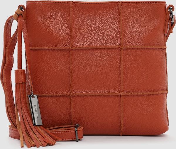 Eine Handtasche zeigt die wahre Persönlichkeit einer Frau. Ob aufgeräumt oder leicht chaotisch - man muss sie einfach lieben! Die Umhängetasche Amey kommt in Feinsynthetik mit Reißverschluss und sieht einfach gut aus. Mit Amey lässt sich ganz einfach ein legeres Outfit zaubern, das auch bei Freunden und Kollegen gut ankommt. Eine Umhängetasche, auf die man zählen kann. Gefertigt aus Feinsynthetik ist das Modell, das sich mit einem Reißverschluss verschließen lässt. Durch das Material ist es schön leicht und angenehm im Griff. Uni-Design und Lasercut-Optik sind fein gearbeitet und verleihen der Umhängetasche einen edlen Look. Individuelle Persönlichkeit zeigen - mit SURI FREY. Wer viel auf Achse ist, will einfach immer einen besonderen Auftritt hinlegen. SURI FREY hat genau die Accessoires, die Frauen lieben und die jedes Outfit gekonnt vervollständigen. Für alle, die es gerne samtig mögen - Amey besteht aus einem angenehm anschmiegsamen Material. Einen verspielten Akzent setzt die dekorative Quaste. Das neue Lieblingsstück wird dank längenverstellbarem Umhängeriemen einfach als Umhängetasche getragen. Die perfekte Größe für alles, was man unterwegs so braucht - hier passt sogar ein kleines Täschchen für Schminke und Co. mit rein.