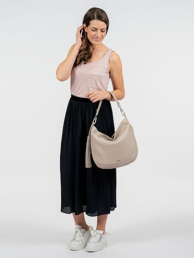 """Eine Handtasche ist wie eine gute Freundin, sie lässt einen nie im Stich und man kann sich in jedem Fall auf sie verlassen. Der Beutel Lory kommt in Kunstleder mit Reißverschluss und sieht einfach gut aus. Ein wahrer Alltagsbegleiter - der Beutel Lory. Es ist so einfach, auch im größten Trubel gut auszusehen. Das Modell besteht aus Kunstleder und lässt sich mit einem Reißverschluss verschließen. Ein optisches Highlight ist der Beutel mit Echtleder-Optik und dem Uni-Design. Selbstbewusst und """"frey"""" - SURI FREY. Die stylischen Accessoires von SURI FREY stehen für die Freude am Leben - genau das, was selbstbewusste Frauen ausstrahlen. Das Modell Lory ist von der Haptik eher weich und daher besonders angenehm zu tragen. Für das gewisse Extra sorgt die Applikation mit der Quaste, die zum verspielten Blickfang wird. Das neue Lieblingsstück wird dank längenverstellbarem, abnehmbarem Umhängeriemen und abnehmbarem Tragegriff einfach als Umhängetasche getragen. Manchmal braucht man mehr Platz im Beutel - für solche Fälle eignet sich das Modell perfekt, weil hier wirklich alles hineinpasst, was unterwegs dabei sein muss."""