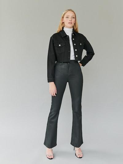 Diese elastische Flare Jeans ist für ultimativen Komfort gemacht, sieht aber trotzdem stylisch aus und betont jede Kurve. Das Flare lässt deine Beine länger wirken und sieht toll aus, wenn du sie mit klobigen Stiefeln, Sneakers oder Absätzen trägst. Hergestellt aus 98% Baumwolle und 2% Elastan.