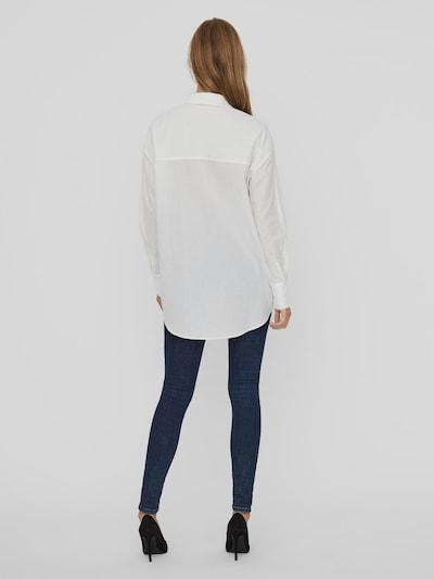 - Bluse  - Lange Ärmel - Blende vorn mit Knöpfen in Perlmuttoptik  - Hinten länger geschnitten als vorn  - Leichter Stoff  - Weiches Tragegefühl  - Oversize Passform   - Bio-Baumwollstoff  - Vordere Länge: 76 cm in Größe S  - Das Model ist 177 cm groß und trägt Größe S   Oversize-Bluse aus der VERO MODA AWARE Kollektion. AWARE by VERO MODA ist eine nachhaltige Kollektion ansprechender Go-to-Pieces aus umweltfreundlichen Materialien, die einen verringerten Einsatz an natürlichen Ressourcen bei der Herstellung ermöglicht.