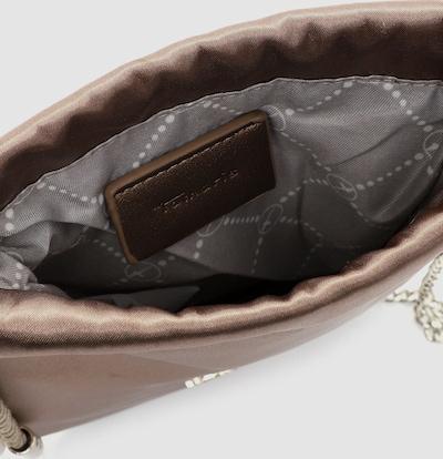 Eine Handtasche zeigt die wahre Persönlichkeit einer Frau. Ob hundertpro geordnet oder leicht chaotisch - Frauen lieben sie einfach! Delia ist der schicke Beutel in Kunstleder mit Kordelzugverschluss, der echte Persönlichkeit ausstrahlt. Ein unverzichtbarer Begleiter im Alltag - der Beutel Delia. Es ist so einfach, für alle Eventualitäten gerüstet zu sein. Gefertigt aus Kunstleder ist das Modell, das sich mit Kordelzugverschluss verschließen lässt. Durch das Material ist es schön leicht und angenehm im Griff. Ein optisches Highlight ist der Beutel mit Metallic-Optik und dem Uni-Design. So wunderbar wie das Leben. Für alle Styles und alle Anlässe wird ein Outfit erst durch den passenden Begleiter komplettiert - mit Tamaris kann sich jede Frau schick und elegant fühlen. Das Modell Delia ist von der Haptik eher samtig und daher wirklich angenehm zu tragen. Einen zusätzlichen Akzent setzt das hübsche Logo-Patch. Als Umhängetasche ist dieses Modell mit dem komfortablen Umhängeriemen zu tragen. Manchmal braucht man etwas mehr Platz in der Tasche. In dieses Modell passt einfach alles - Portemonnaie, Smartphone und zur Not noch ein Buch, das einem die Wartezeit auf die Freundin versüßt, wenn sie mal wieder zu spät kommt.