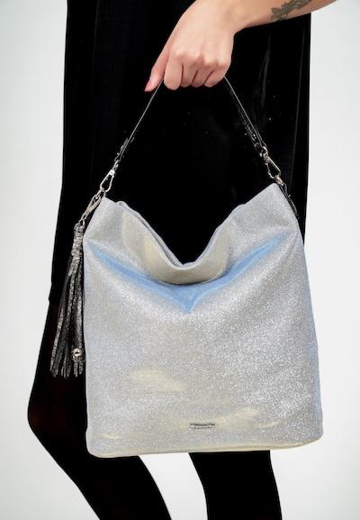 Eine Handtasche zeigt die wahre Persönlichkeit einer Frau. Ob hundertpro geordnet oder etwas chaotisch - man muss sie einfach lieben! Debby ist der schicke Beutel in Kunstleder mit Quaste, der echte Persönlichkeit ausstrahlt. Mit Debby lässt sich ganz einfach ein lässiges Statement setzen, das auch im Alltag gut ankommt. Ein Beutel, auf den man zählen kann. Das Modell besteht aus Kunstleder und lässt sich mit einem Reißverschluss verschließen. Mit seiner Metallic-Optik und dem Material-Mix ist der hochwertige Beutel ein echter Hingucker. Für jedes Outfit das passende Accessoire. Ob jung oder nicht mehr ganz so jung, klassisch oder modern: Tamaris hat für jeden Look eine große Auswahl an attraktiven Accessoires. Für alle, die eine samtige Haptik lieben - Debby ist aus einem angenehm anschmiegsamen Material. Für das besondere Extra sorgt die Applikation mit der Quaste, die zum verspielten Blickfang wird. Das neue Lieblingsstück wird dank längenverstellbarem, abnehmbarem Umhängeriemen und abnehmbarem Tragegriff einfach und bequem über der Schulter getragen. Im hübschen Beutel ist einfach Platz für alles - sogar für ein kleines Geschenk für die Gastgeber der aufregenden Party oder ein paar Pralinen für die Schwiegermutter.