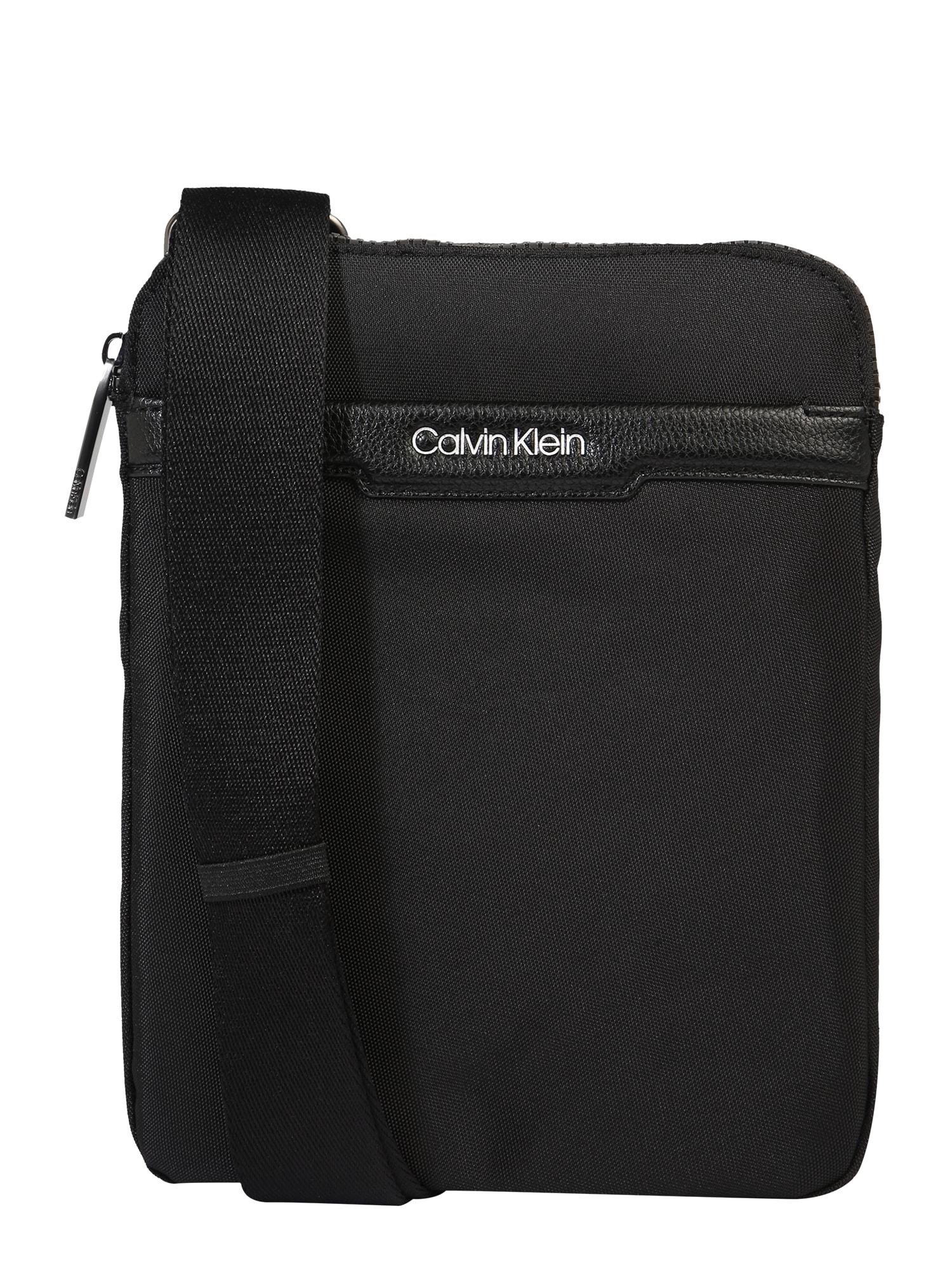 Calvin Klein Rankinė su ilgu dirželiu 'FLAT PACK' juoda