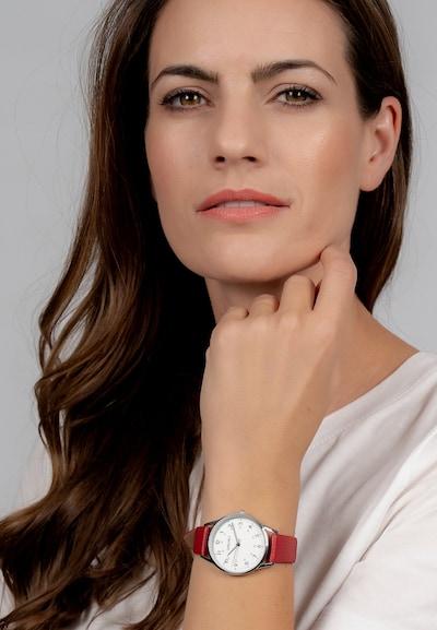 Die Damenuhr hat ein silbernes Metallgehäuse und einen Durchmesser von 35mm. Das Glas des Gehäuses besteht aus Mineralglas und der Boden aus Edelstahl, die Gesamthöhe beträgt 8,0mm. Die Uhr hat eine Wasserdichte von 3 BAR. Das Quarzuhrwerk hat 3 Zeiger. Das Zifferblatt hat einen Durchmesser von 35mm und ist mit dem Logo versehen. Das Band der Uhr besteht aus einem Kunstleder und hat eine Breite von 16mm. Die Länge des Armbands beträgt 23,5cm, ist nicht kürzbar und lässt sich mit einer Dornschließe schließen.