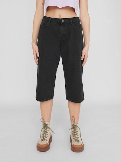 - Lange Jeansshorts - Normale Bundhöhe - Gürtelschlaufen am Bund - Reiß- und Knopfverschluss vorn - Five-Pocket-Style - Baumwollstoff - Lässige Passform