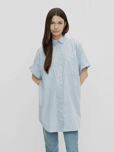 - Kentkragen - Überschnittene Ärmel - Kurze Ärmel mit Aufschlägen - 2 große aufgesetzte Brusttaschen - Verdeckte Knopfleiste vorn
