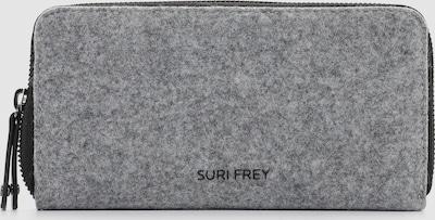"""Jederzeit sympathisch und attraktiv unterwegs. Kristy ist die wunderschöne Geldbörse im Uni-Design mit Reißverschluss, die einfach gut aussieht. Gefertigt aus Kunstleder ist das Modell, das sich mit einem Reißverschluss verschließen lässt. Durch das Material ist es schön leicht und angenehm im Griff. Uni-Design und glatte Optik sind fein gearbeitet und verleihen der Geldbörse einen edlen Look. """"Frey"""" und selbstbewusst - SURI FREY. Wer viel draußen ist, will einfach immer gut aussehen. SURI FREY hat genau die Accessoires, die so gut gefallen und die jedes Outfit gekonnt vervollständigen. Das Modell Kristy ist von der Haptik eher weich und daher wirklich angenehm zu tragen. 12 Kreditkartenfächer und Scheinfächer zeichnen dieses Portemonnaie aus."""